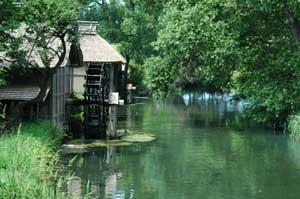 水車のある村